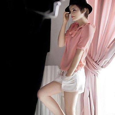 Emma Watson bittet in ihr Schlafzimmer • WOMAN.AT