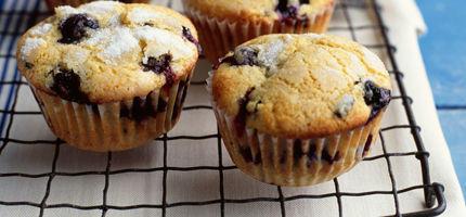 leckeres rezept heidelbeer muffins woman at. Black Bedroom Furniture Sets. Home Design Ideas