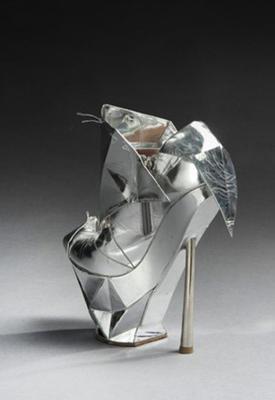 size 40 c2833 9a99c Lady Gaga: versteigert Cinderella-Schuhe • WOMAN.AT