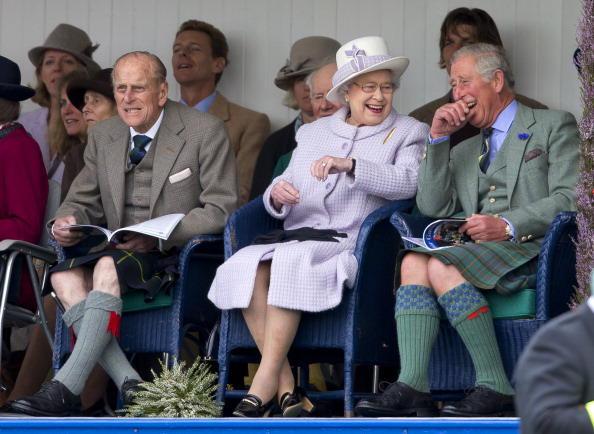Queen und Prince Charles beim Lachen im Schottenrock 4c7781fc19