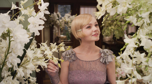 Carey Mulligan in einem rosafarbenen Kleid im Film The Great Gatsby.