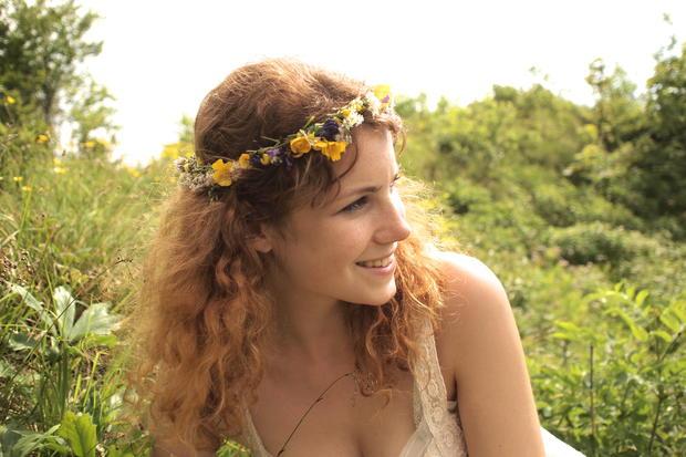 1415b5ec3e5987 WOMAN-Redakteurin Cecilia Leitinger zeigt vor, wie man aus Blumen einen  hübschen Kranz flicht