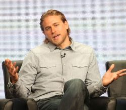 Charlie Hunnam gibt 1. Interview