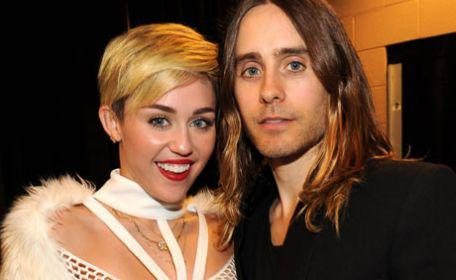 Miley züngelt mit Jared!