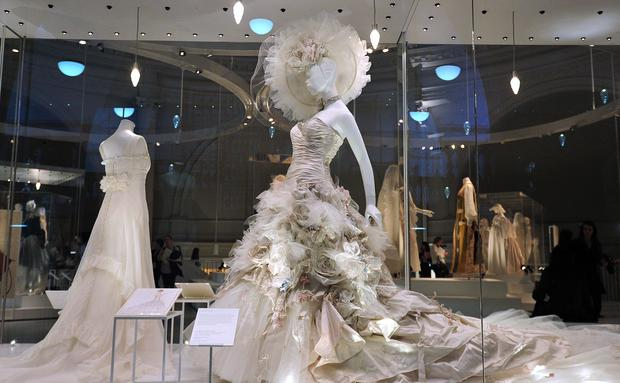 Promi-Brautkleider im Museum • WOMAN.AT
