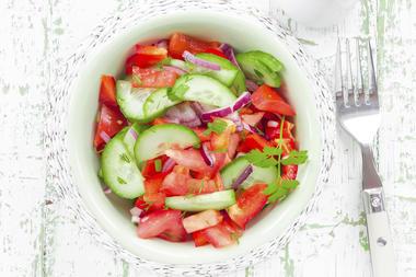 tomaten gurken paprika salat mit senfdressing woman at. Black Bedroom Furniture Sets. Home Design Ideas