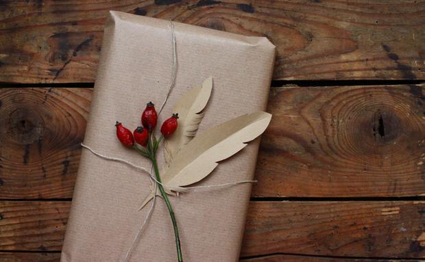 deko idee federn aus papier woman at. Black Bedroom Furniture Sets. Home Design Ideas