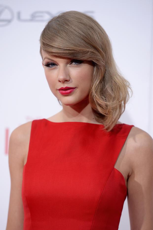 So kennen wir Taylor Swift: Rote Lippen, weißer Teint, eine kleine Portion Rouge und ein perfekt geschwungener, schwarzer Lidstrich. - taylor%2520swift%2520covergirl%2520ver%25C3%25A4ndert