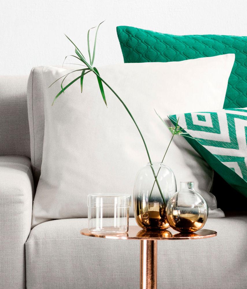 sch ne vase woman at. Black Bedroom Furniture Sets. Home Design Ideas