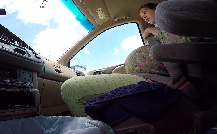 Frau bekommt Baby im Auto während Mann filmt und fährt
