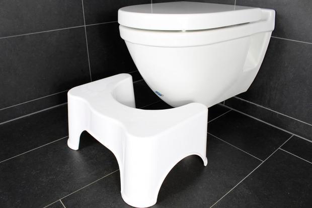 Woman Testet Den Toiletten Hocker Woman At