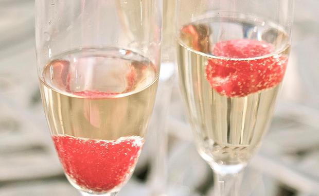 silvester rezept champagner cocktail mit himbeeren woman at. Black Bedroom Furniture Sets. Home Design Ideas