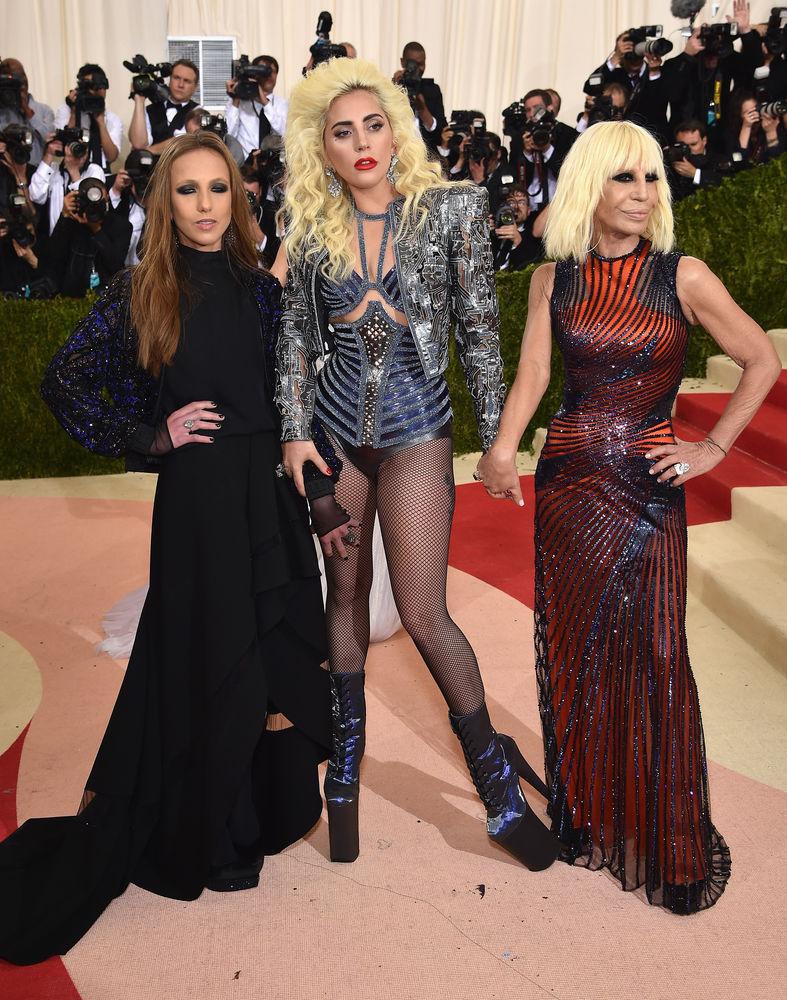 Allegra Versace Beck, Lady Gaga und Donatella Versace ...