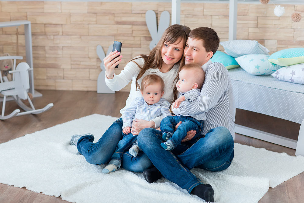 das gro e treffen der zwillingseltern woman at. Black Bedroom Furniture Sets. Home Design Ideas