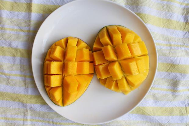 lifehack so schneidest du die mango richtig woman at. Black Bedroom Furniture Sets. Home Design Ideas