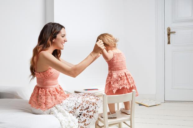 Im Partnerlook: Mutter und Tochter in der neuen Kollektion