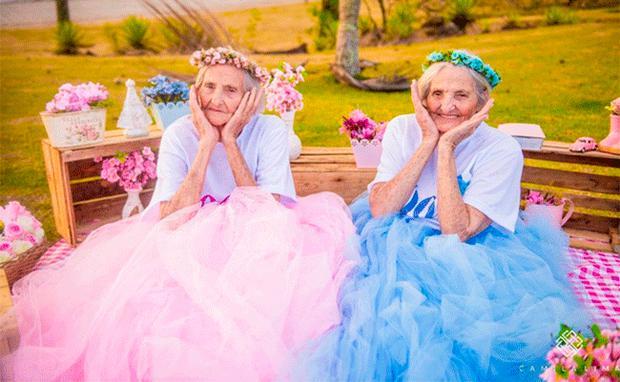 Wenn 100 Jahrige Zwillinge Geburtstag Feiern Woman At