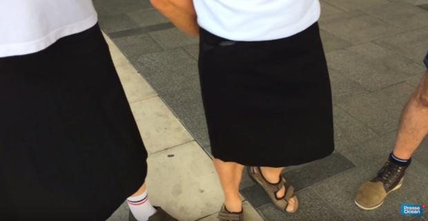 Weil kurze Hosen verboten sind tragen diese Busfahrer jetzt Miniröcke