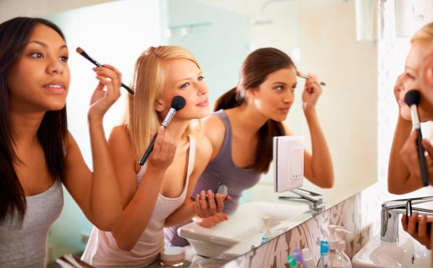 so entfernst du make up flecken von deiner kleidung woman at. Black Bedroom Furniture Sets. Home Design Ideas