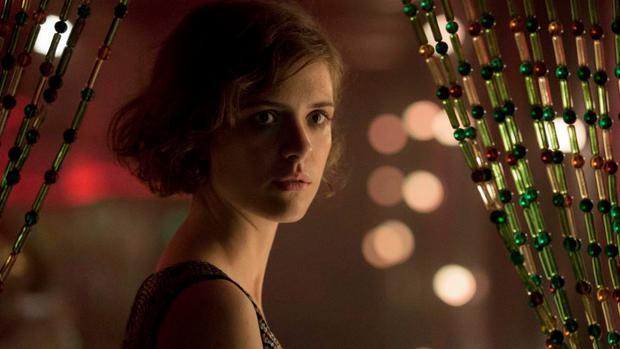Charlotte Ritter als Stenotypistin Liv Lisa Fries