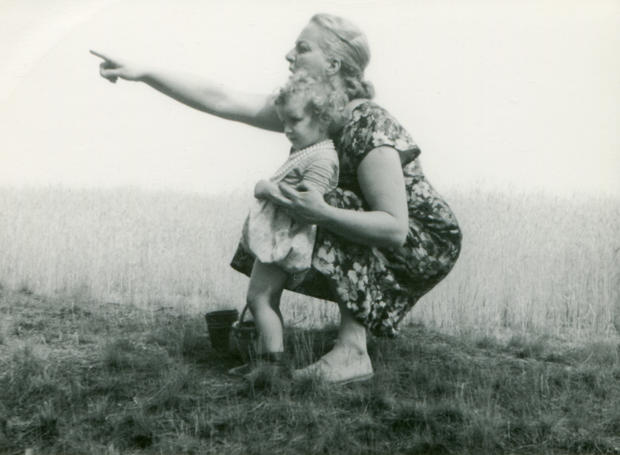 vintage-photo-of-mother-and-daughter
