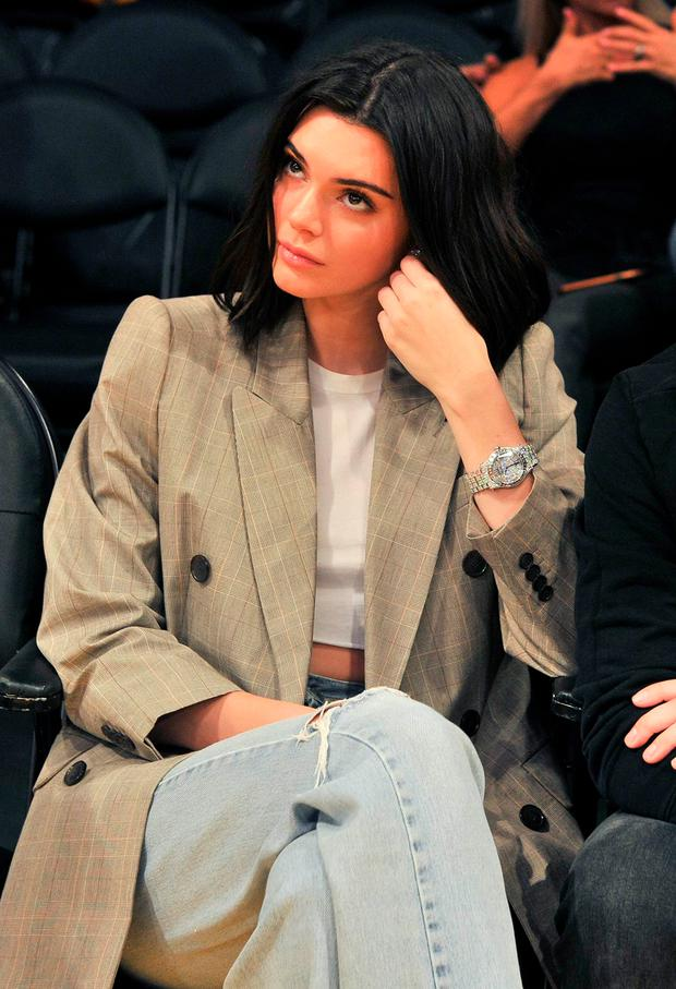 kendall jenner in dollar schuhen zum basketball woman at. Black Bedroom Furniture Sets. Home Design Ideas