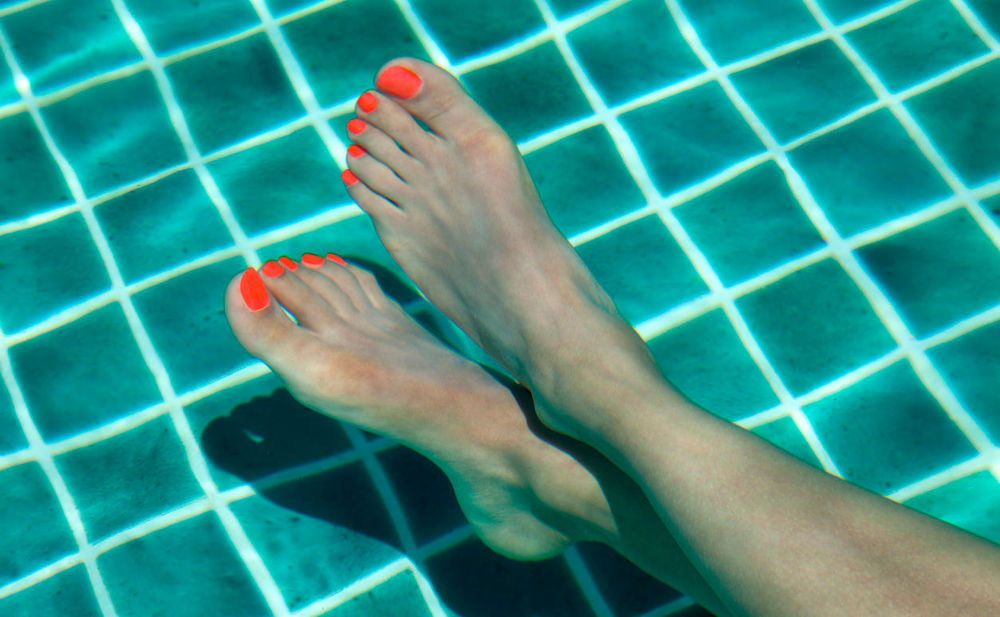 naked in the pool barefoot girls